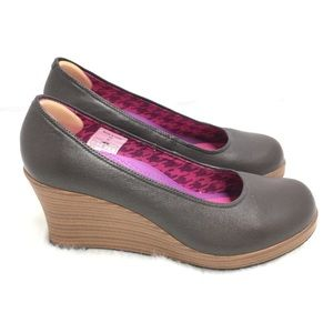 CROCS A-Leigh Brown Leather Closed Toe Wedges Sz 7
